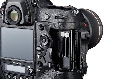Nikon D5 slot